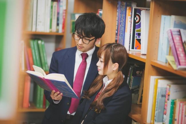 気になる男友達と図書館で