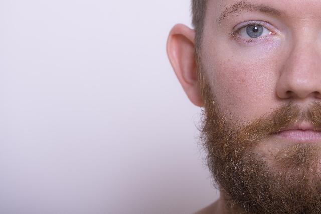 髭が濃い男性