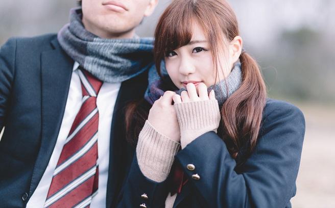 彼氏と久しぶりに会って内心キスしたくてたまらない女子高生