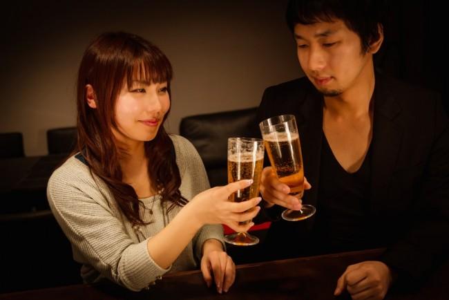 グラスを交わす2人