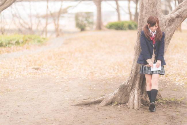 好きな彼氏に告白するため木陰で待つ美少女