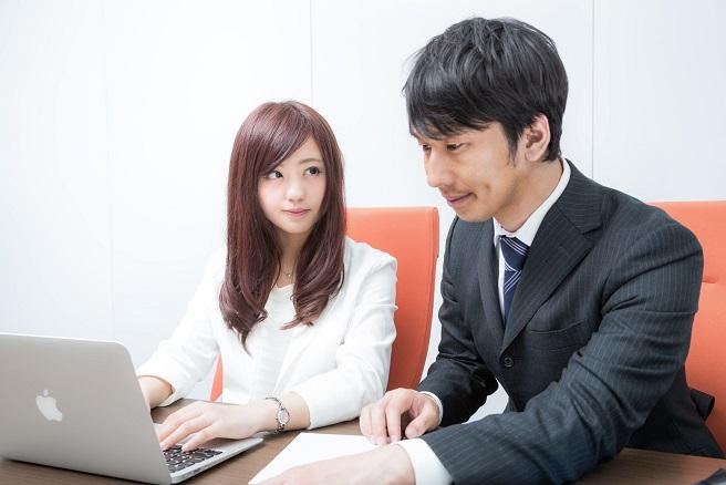 既婚者男性上司とその部下の女性、既婚者男性はこの部下に恋愛感情を抱いているが、部下の女性も既婚男性上司に惹かれている