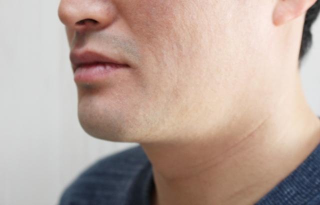 髭剃り後の男性
