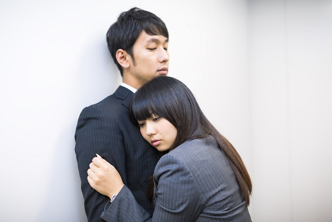 既婚男性に恋した感情が爆発して抱き着いてしまった女子