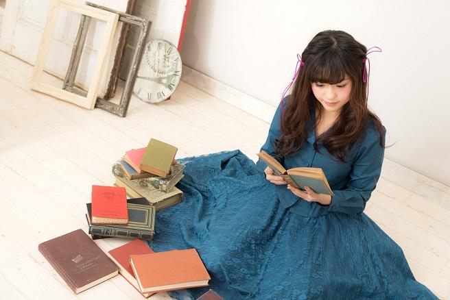 奥手で読書好きの女性